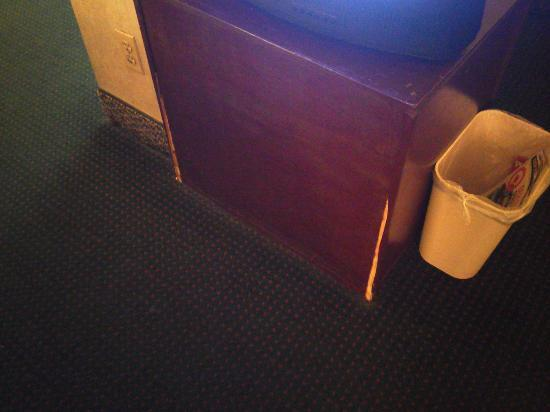 Days Inn St Louis North Airport: Worn TV Stand
