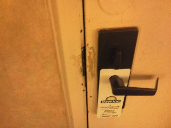 Days Inn St Louis North Airport: Worn Door Lock