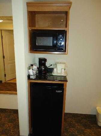 Comfort Suites Valdosta: Coffee maker and mini fridge