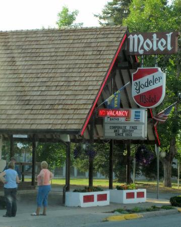 Yodeler Motel: Motel front and check in.