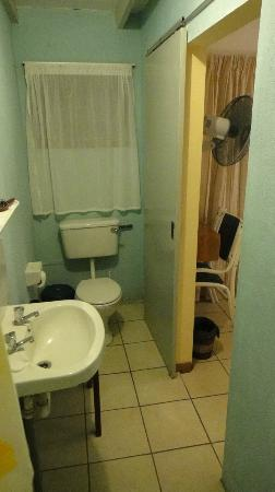 Panorama Guesthouse: The toilet that decide&#39;s how to flush!