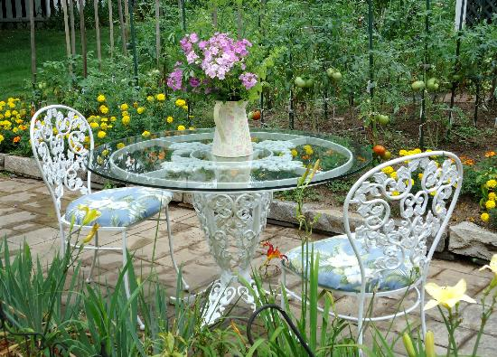 Lily House B&B: Table for two near garden