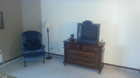 Lookout Inn GuestHouse &amp; Suites:                   Older style TV in the bedroom