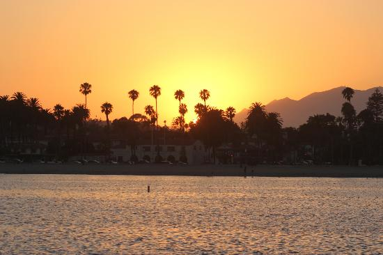 Beach House Inn: Beautiful Santa Barbara at sunset (view from the pier)