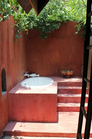 BaanBooLOo Traditional Thai Guest House: Outdoor bathroom in the Honeymoon suite