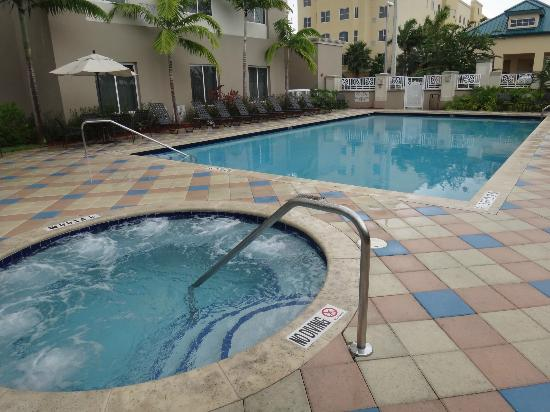 Hilton Garden Inn Miami Airport West: Pool area...nice!