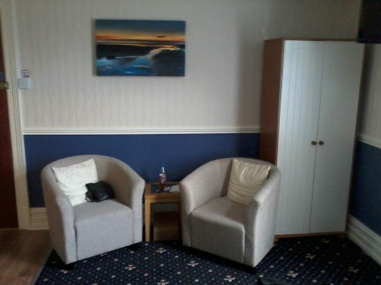 Branston Lodge Guest House: Small seating area in the room.