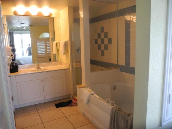 The Cove on Ormond Beach: bathroom in main bedroom south tower
