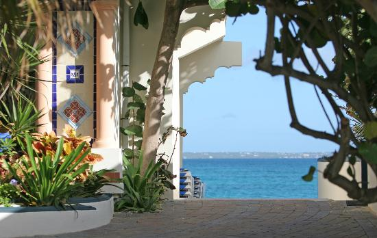 Le Petit Hotel: Path to Beach