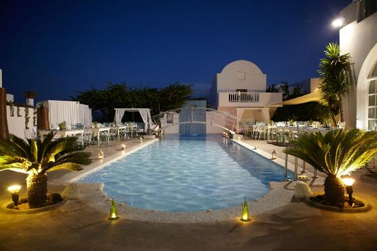 Aressana Spa Hotel and Suites: Aressana Pool by night