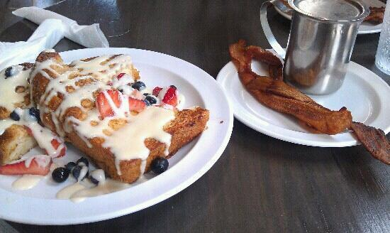 Atlanta Marriott Buckhead Hotel & Conference Center: French Toast & syrup w/ a side of bacon from Highland Bakery