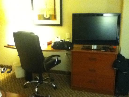 Sleep Inn & Suites: king desk area