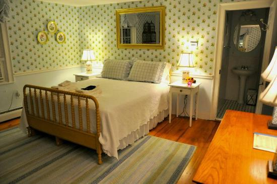 The Blushing Oyster Bed & Breakfast: Our cute cozy room:)