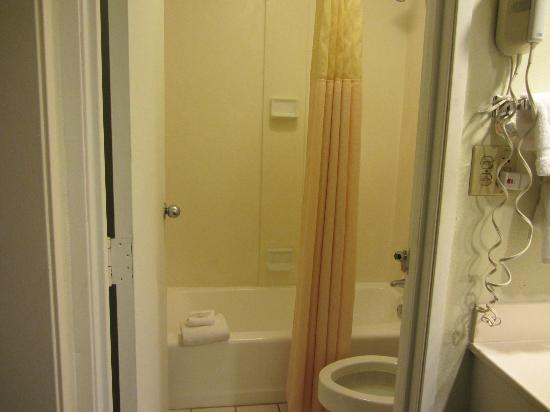 Clarion Inn &amp; Suites: bathroom