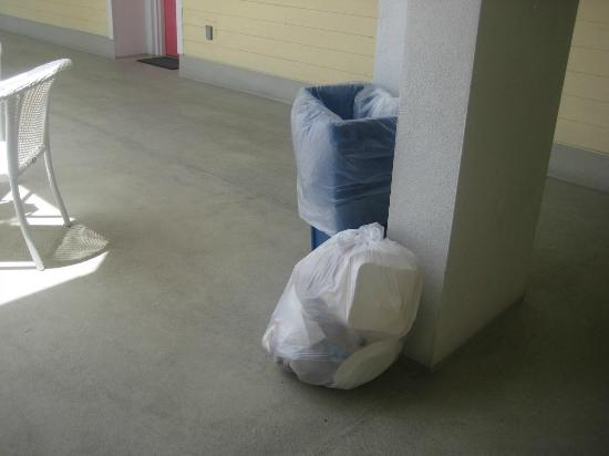 Harbour House at the Inn: garbage bags every where