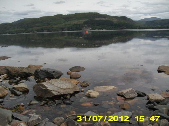 Lochcarron, UK: View across loch in front of Hotel