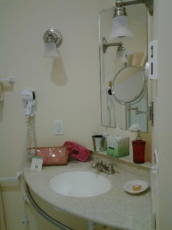 Mira Monte Inn: Very Nice Vanity Area