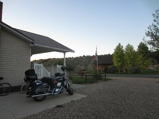 Bryce Canyon Livery Bed and Breakfast: There's a good spot to park a bike, otherwise it's all gravel