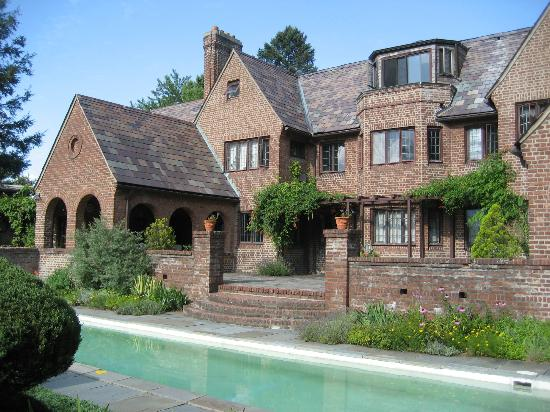 Chateau and Tudor Rooms, Saugerties Bed and Breakfast: House with Pool