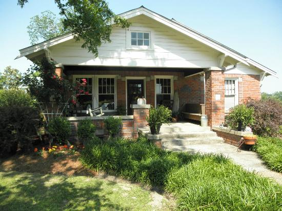 Amory, MS: Warm and cozy three bedroom cottage.  Simple Surprises!