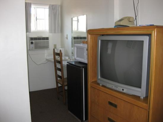 Ray's Den Motel: Room #2 TV, fridge, microwave, air conditioner