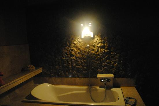 Three Brothers Bungalows: outdoor bathroom  (deluxe fan room)