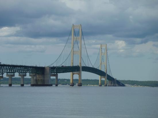 Baymont Inn Mackinaw City: THE Mackinaw Bridge....very impressive!