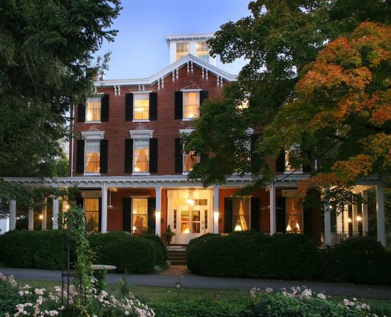 Brampton Bed and Breakfast Inn: Brampton at dusk