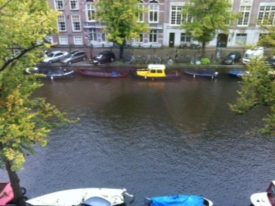 Hotel Keizershof: View of the canal from our room