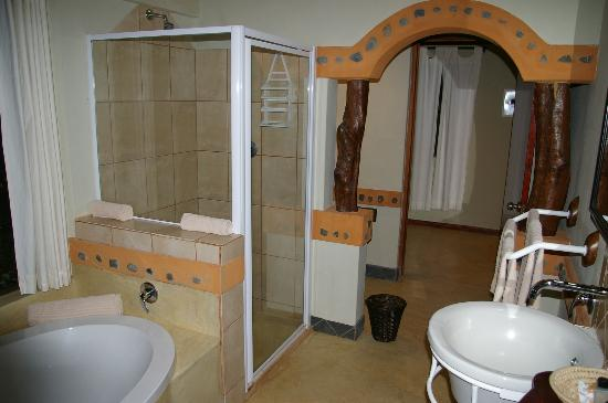 Leopard Walk Lodge: bathroom
