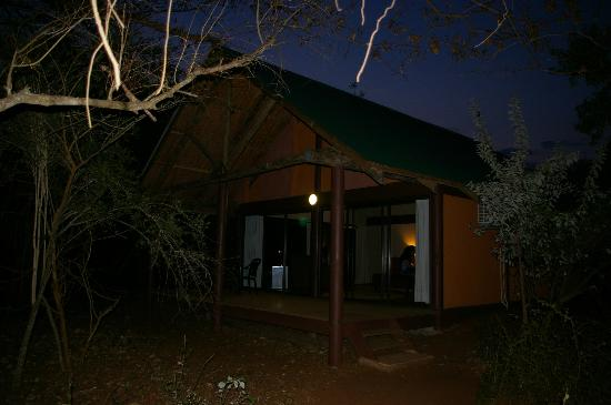 Leopard Walk Lodge: view from outside