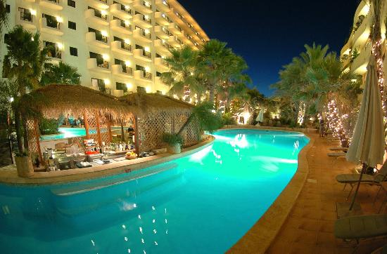 Fortina Spa Resort: garden pool by night