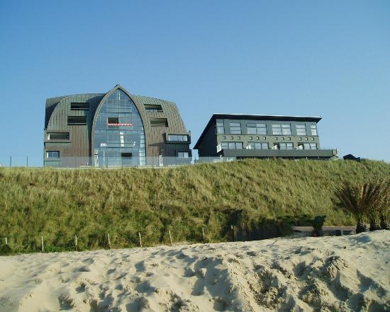 Appartementen-hotel Bloemendaal aan Zee: Picture of the hotel from beach both buildings