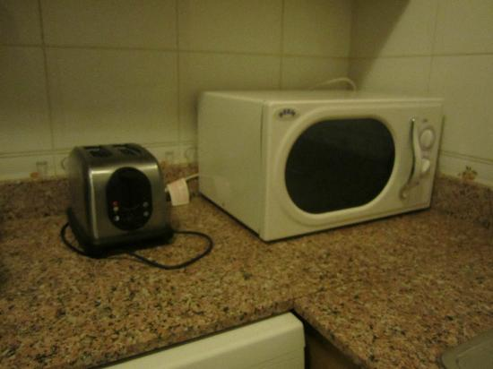 Gulf Pearls Hotel Apartment: toaster and microwave