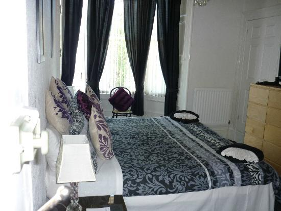 Clarin Guest House: Double bedroom with en-suite, road side but quiet