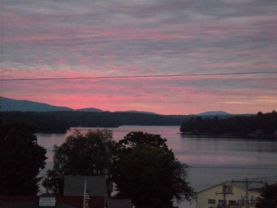 The Cozy Inn &amp; Cottages and Lakeview House &amp; Cottages: Sunrise on the Cottage one Porch!