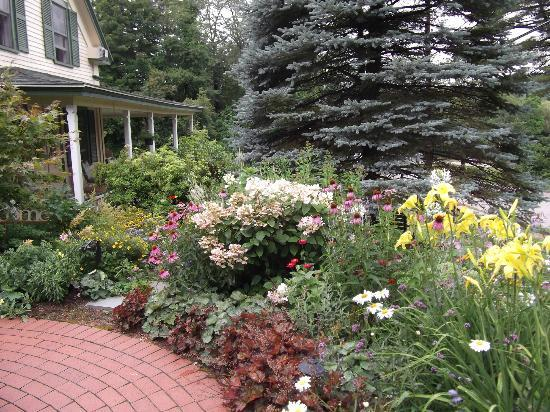 Squam Lake Inn: The gardens in front