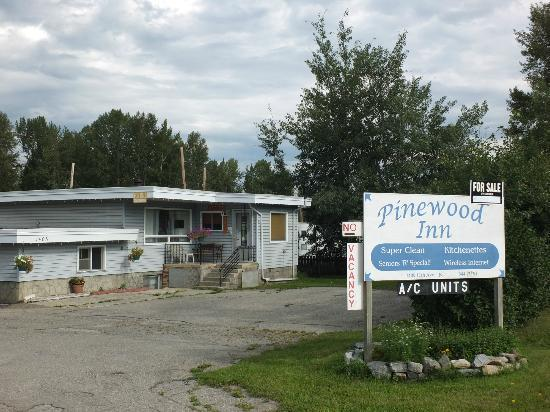 Pinewood Inn: Front