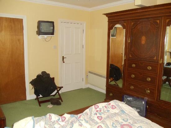 Gleann Fia Country House: Our Bedroom with cable and shower