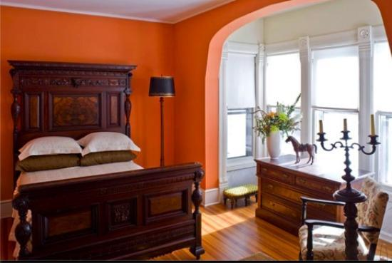 Roxbury Village Inn: Orange room with 135 yr old Aesthetic style bed
