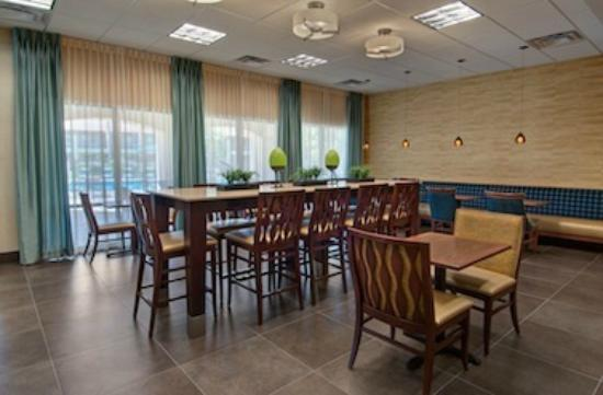 Days Inn And Suites Scottsdale North: Breakfast seating