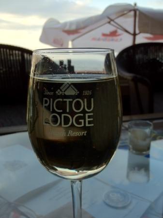 Pictou Lodge Beachfront Resort: beautiful wine with a fab view of the sea
