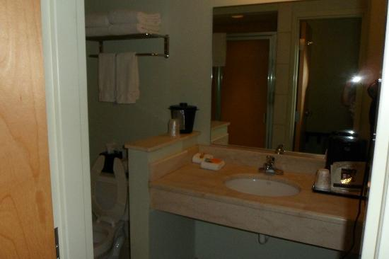 La Quinta Inn Radford: Bathroom has clean walk-in shower.