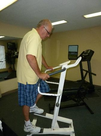 Baymont Inn & Suites Georgetown/Near Georgetown Marina: Using the exercise equipment in the fitness room