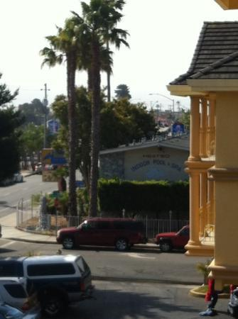 Days Inn and Suites Santa Cruz: view from balcony, there's the boardwalk!