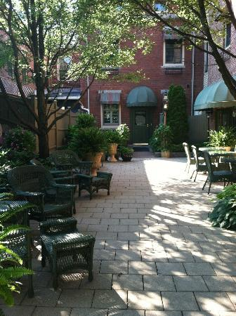 Belfast Bay Inn: Private entrance from amazing courtyard!