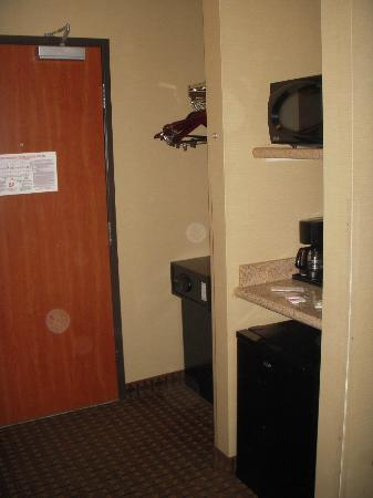 Holiday Inn Express Hotel and Suites Newport: Mini fridge, microwave and safe