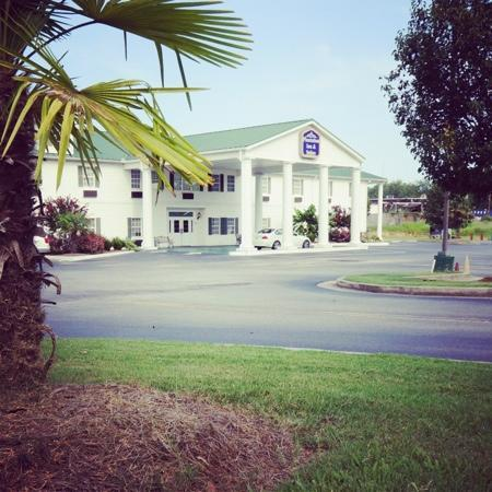 Plantation Inn &amp; Suites Jackson: hotel from outside