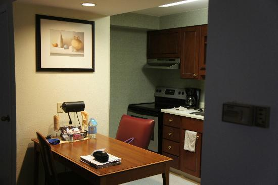 Residence Inn Portland Downtown/Lloyd Center: Another view of kitchen area