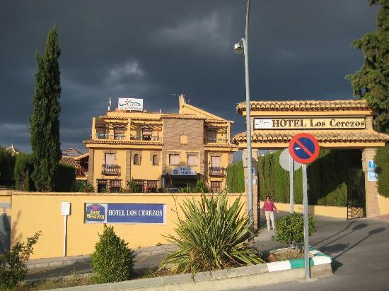 Hotel Los Cerezos: A view from the street.